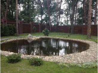 Декоративный искусственный пруд в лесной местности с. Плюты