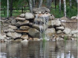 Декоративный водопад из валунов окатыша г. Вышгород
