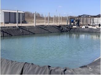 Изоляция бутилкаучуковой мембраной резервуара для полива растений с. Рославичи