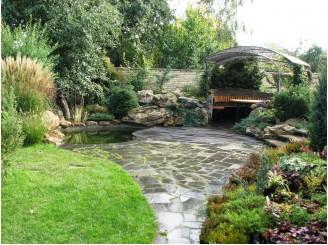 Бетонный садовый водоем с окружающей его альпийской горкой г. Черкассы