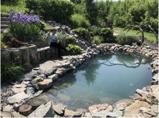 Дачное плавательное декоративное озеро с небольшим водопадом из гранита с. Ромашки