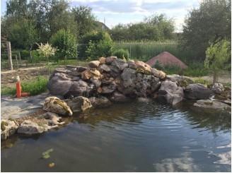Декоративный пруд для рыбы с ручьем и массивным водопадом с. Новые Петровцы