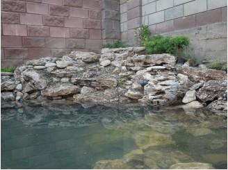 Угловой садовый водоем с декоративным водопадом и ступенями с. Стоянка